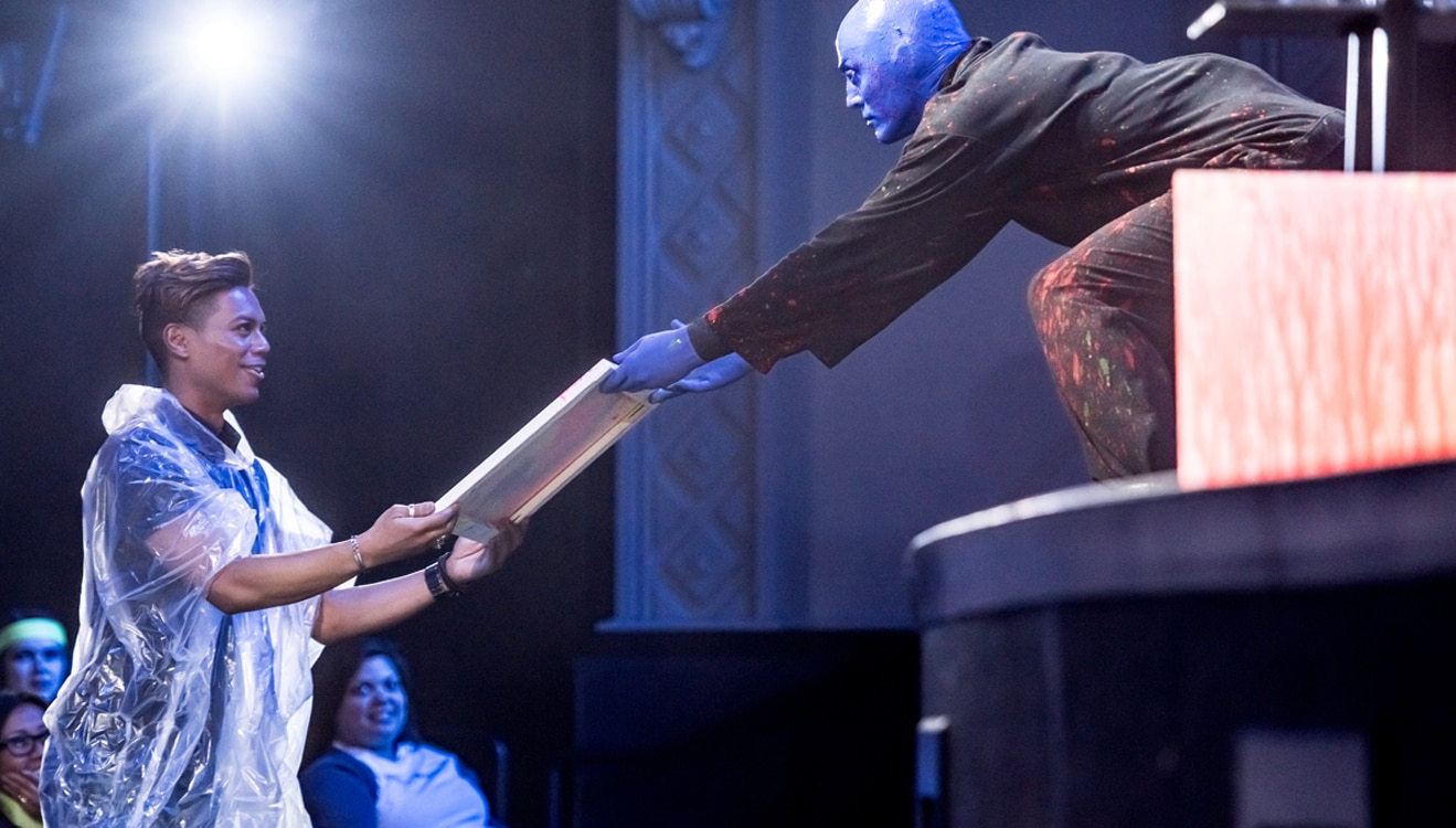 Blue man con niño