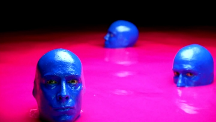 Blue Men en piscina rosa